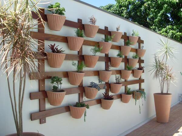 Jardim suspenso com vasos é uma opção barata