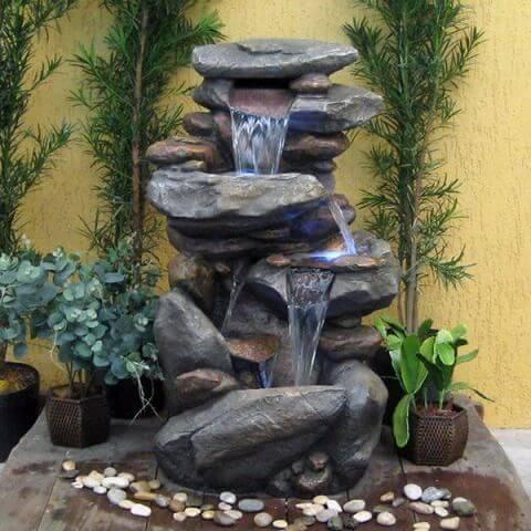 Jardins com cascatas de pedra
