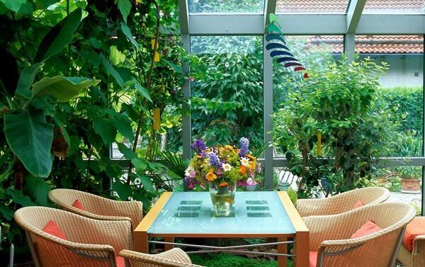Jardim de inverno com mesa e cadeiras
