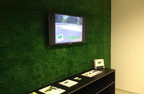 Sala com grama sintética na parede