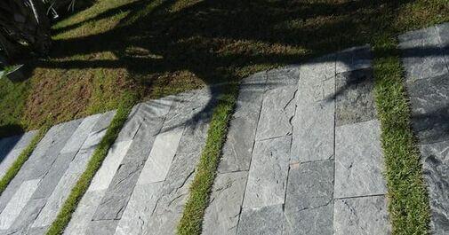 Piso de lajotas de pedra