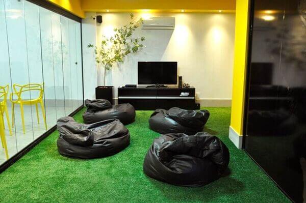 Sala com grama sintética no chão
