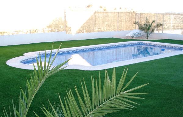 Área de lazer com piscina simples