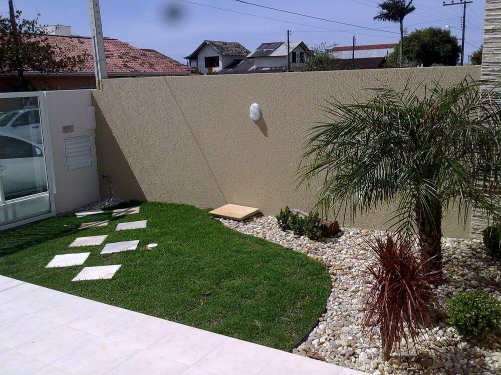 Jardim com plantas e grama artificial
