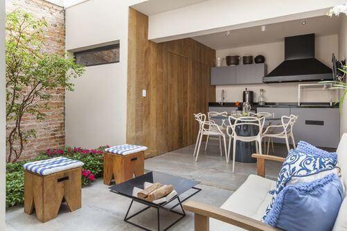 Quintal pequeno com churrasqueira e espaço de convivência