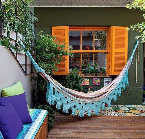 Quintal pequeno com sofá e rede