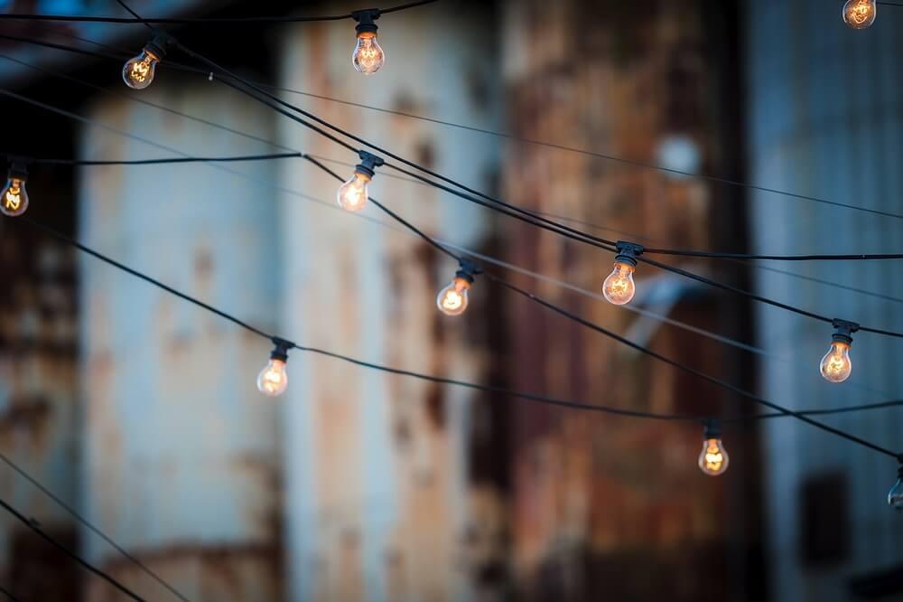 Luzinhas suspensas em cabo de energia