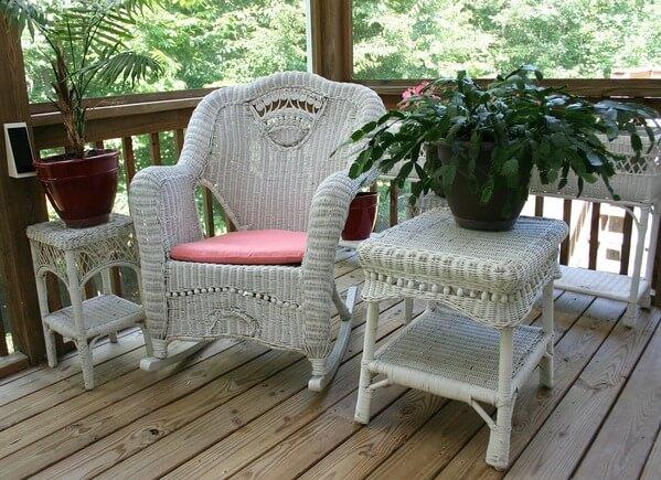 Quintal com cadeira e mesinha lateral