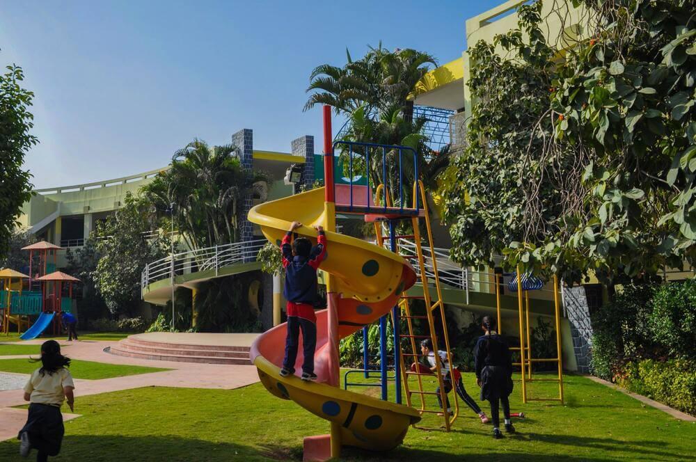 Playground infantil com base para grama sintética