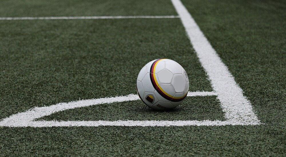 Retrato de quadra de futebol com bola com grama sintética
