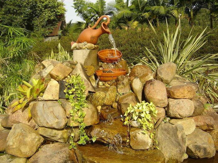 Lago artificial de jardim com fonte