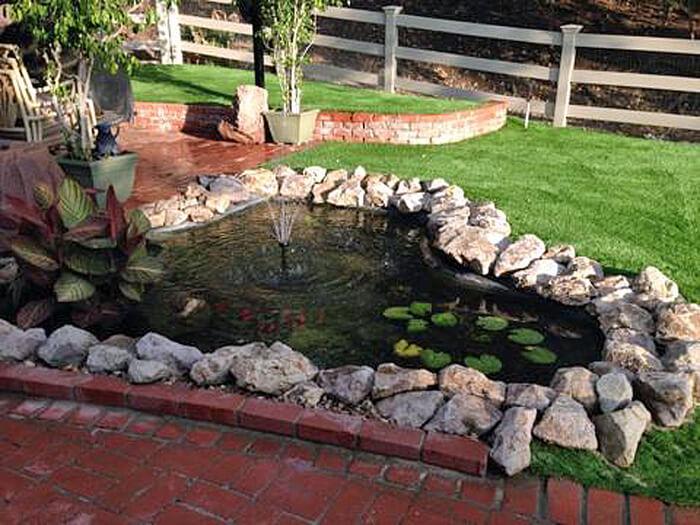 Lago de jardim com grama sintética