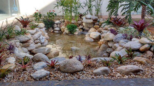 Lago com pedras em volta em jardim