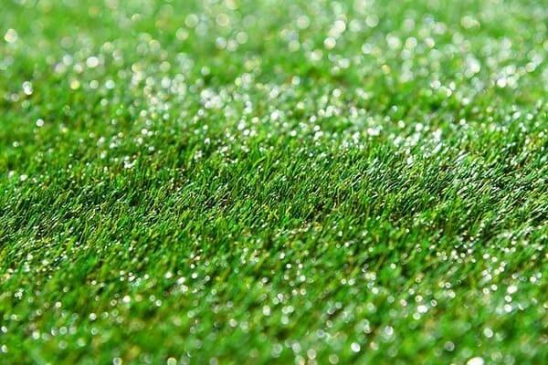 Como lavar grama sintética