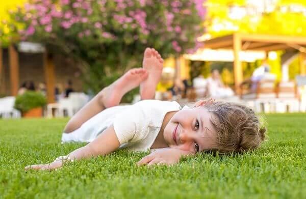 saiba as vantagens da grama sintética para as crianças
